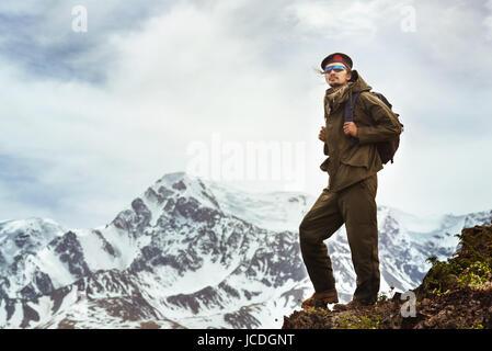 Voyageur sur la montagne haut . Concept de voyage Banque D'Images