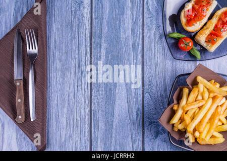 Bruschetta italienne, un pain grillé avec des tomates en morceaux, le basilic et le fromage mozzarella et une assiette Banque D'Images
