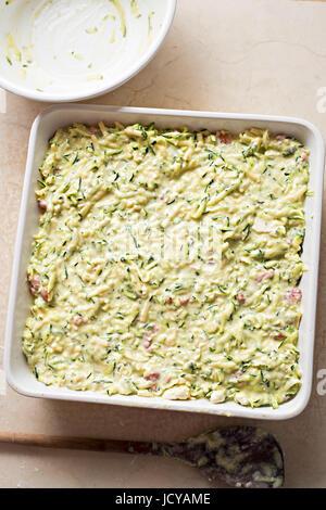 Frittata de courgettes dans le plat de cuisson Four prêt Banque D'Images