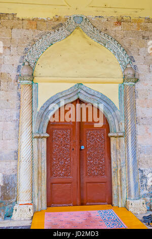 Antalya, Turquie - 6 mai 2017: la porte d'entrée de la mosquée d'Aladdin décorées avec des détails en pierre sculptée, Banque D'Images