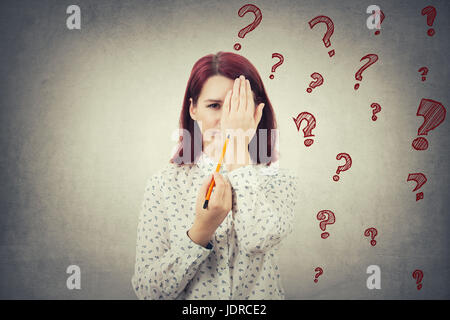 Portrait de jeune femme se cacher la moitié de visage avec sa main essayant d'en tirer une nouvelle identité. La Banque D'Images