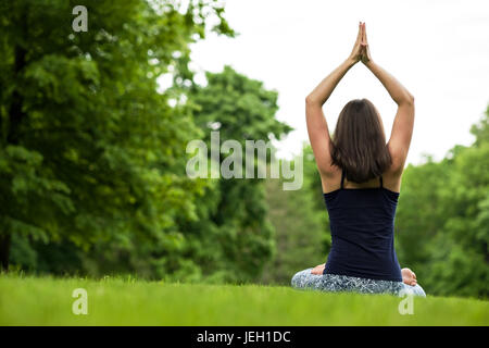 Vie saine méditation exercice concept. méditer et se détendre dans le Padmasana Lotus poser Banque D'Images