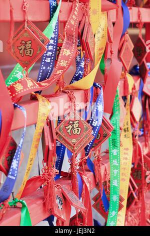 À BEIJING, le 10 août 2015. Ornate qui souhaitent accroché sur les cartes rack dans un temple bouddhiste. Selon Banque D'Images
