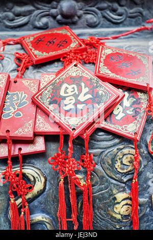 8 JUILLET À BEIJING. Cartes qui souhaitent ornés de cuivre suspendu à un autel. Selon une vieille tradition bouddhiste Banque D'Images