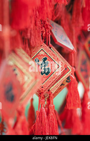 À BEIJING Le 5 juin 2015. Ornate qui souhaitent accroché sur les cartes rack dans un temple bouddhiste. Selon une Banque D'Images
