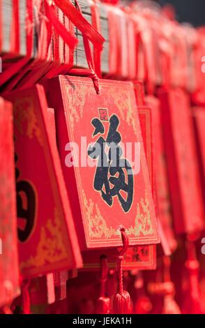 À BEIJING Le 14 juin 2015. Ornate qui souhaitent accroché sur les cartes rack dans un temple bouddhiste. Selon une Banque D'Images