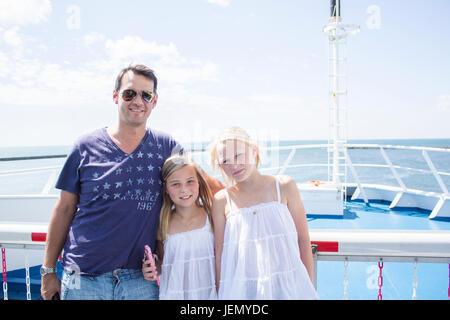 Père avec ses filles sur voile Banque D'Images
