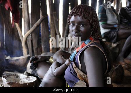 Femme, jeune, bébé, tribu Hamar, aciéries, le sud de l'Omotal, Éthiopie, Banque D'Images