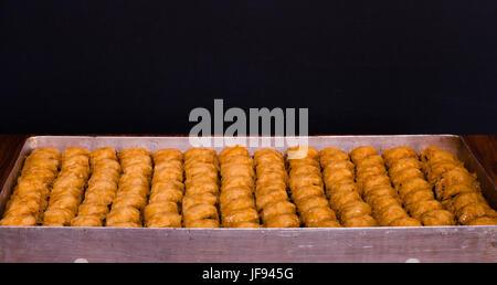 """Délicieux dessert Ramadan traditionnel turc """"Baklava"""" avec noyer Banque D'Images"""