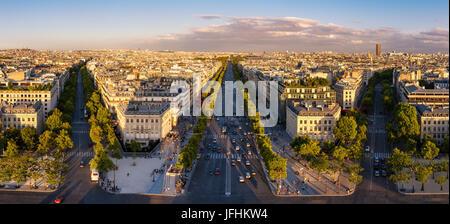 Vue panoramique d'été sur les Champs-Elysées et toits de Paris au coucher du soleil. France Banque D'Images
