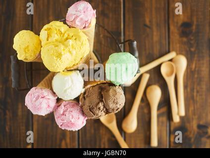 Vue de dessus de cornets à crème glacée Banque D'Images