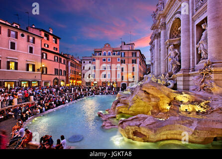 Nuit qui tombe à Fontana di Trevi, Rome, Italie Banque D'Images