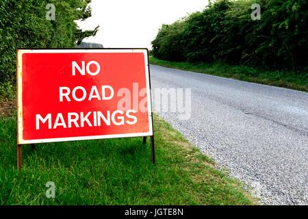 Pas de marquage routier, signe, nouvelle surface de la route, des panneaux d'avertissement de trafic anglais, Angleterre, Banque D'Images