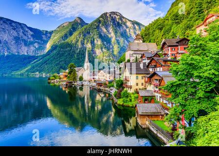 Hallstatt, Autriche. Village de montagne dans les Alpes autrichiennes au lever du soleil. Banque D'Images