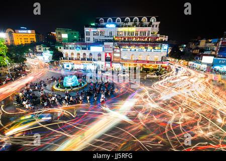 HANOI, VIETNAM - Mai 21, 2016: les gens et les véhicules light trails foule sur intersection achalandée localisation Banque D'Images
