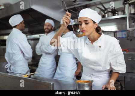 Chef de cuisine au restaurant de cuisine en cuillère Banque D'Images