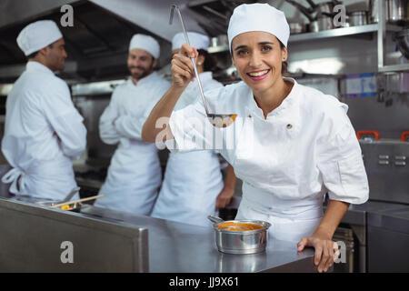 Portrait de chef de cuisine au restaurant de cuisine en cuillère Banque D'Images