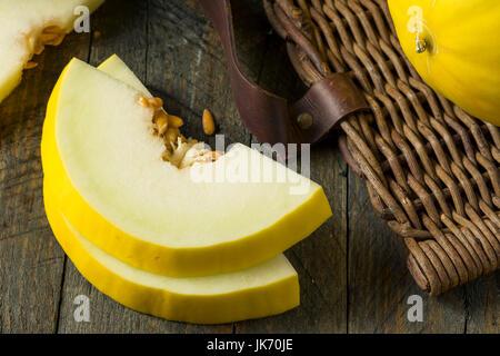 Melon jaune biologiques crus Honedew prêt à manger Banque D'Images