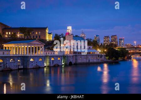 USA, Pennsylvania, Philadelphia, Fairmont Waterworks et sur les toits de la ville, au crépuscule Banque D'Images