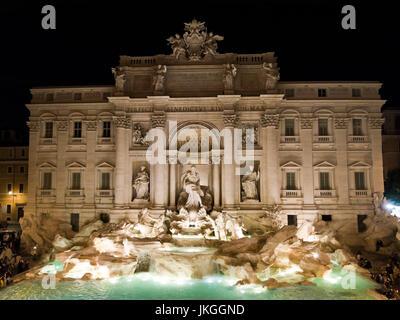 Vue nocturne de l'horizontale de la fontaine de Trevi à Rome. Banque D'Images