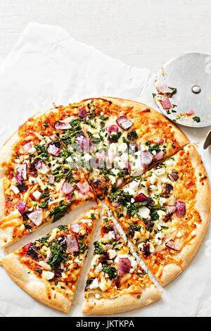 Fromage de chèvre et de légumes pizza sur une fine couche de base Banque D'Images