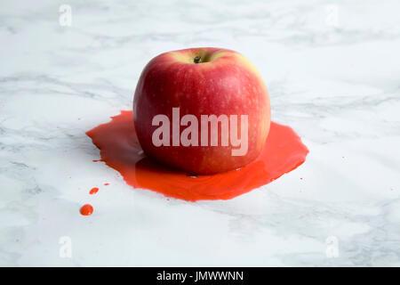 Un identifiant Apple sur une fusion en arrière-plan. couleur minimal still life photography Banque D'Images