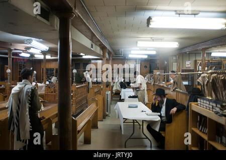 La lecture de la torah à la prière du matin à l'intérieur siège loubavitch de Crown heights brooklyn new york. Banque D'Images