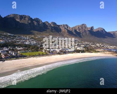 Vue aérienne sur Camps Bay, Cape Town, Afrique du Sud Banque D'Images