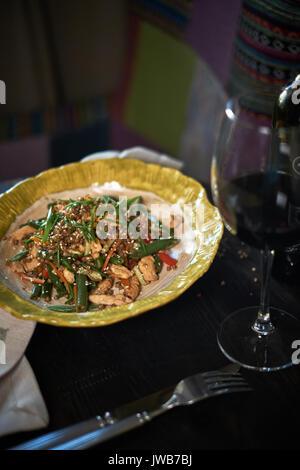 Sauté de nouilles de verre avec porc haché et tomate, poêlée de vermicelle avec oeufs mélangé avec des légumes, Banque D'Images