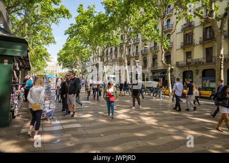 En regardant vers le nord en direction de la Placa de Catalunya sur Las Ramblas, Barcelone, Espagne Banque D'Images