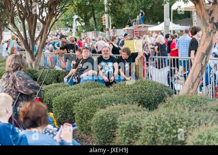 Memphis, Tennessee, USA, 15 août 2017. Elvis 7. Veillée aux chandelles. Les gens rendent hommage à Elvis Presley Banque D'Images