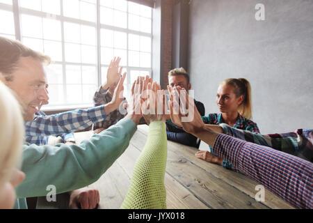 Réunion d'affaires moderne, concept de personnes dans les tenues de s'asseoir autour de la table en bois, offrant Banque D'Images