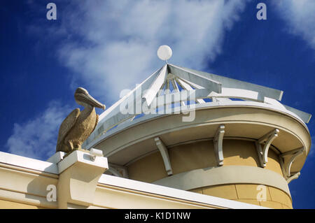 Une statue en pierre pelican assis sur le dessus de la corniche à côté d'un dôme à un angle à Pelican plaza à Gulf Banque D'Images