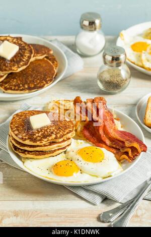 Petit-déjeuner américain complet sain avec des oeufs du bacon et des crêpes Banque D'Images