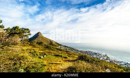 Soleil sur Lions Head et Camps Bay. Vue depuis le sommet de Signal Hill à Cape Town, Afrique du Sud Banque D'Images