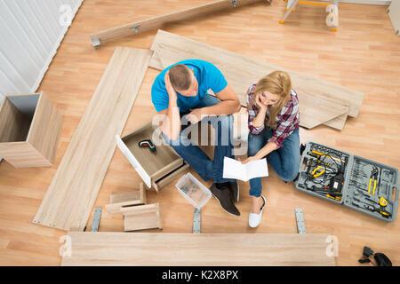 Portrait Of Happy Couple avec demontage de meubles in New Home Banque D'Images