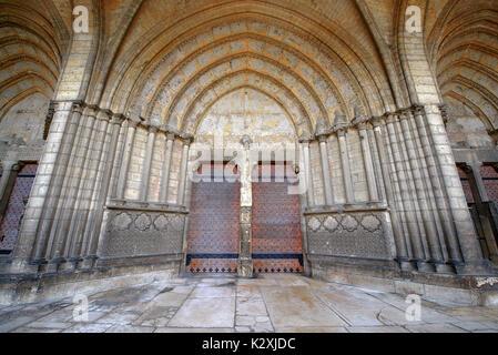 Entrée de la Cathédrale Notre Dame de Noyon, Oise, Picardie, France Banque D'Images