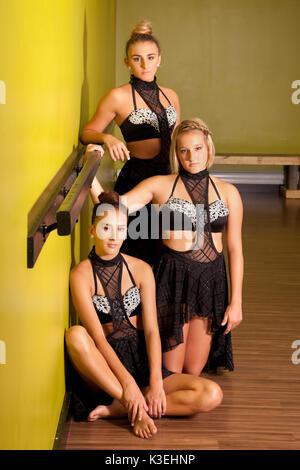 Portrait de trois jeunes danseurs assis ensemble dans un studio. Banque D'Images