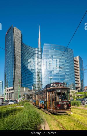 Milan, Lombardie, Italie. Tramway emblématique du quartier des affaires de Porta Nuova avec en arrière-plan. Banque D'Images