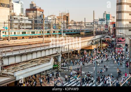 Paysage urbain au quartier d'affaires d'Ueno, Tokyo, Japon | Strassenszene im Geschaeftsviertel Ueno, Tokyo, Japon Banque D'Images