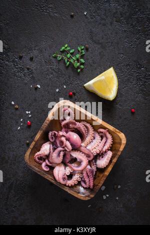 Bébé de fruits de mer salade de poulpe dans un bol en bois. Vue d'en haut Banque D'Images