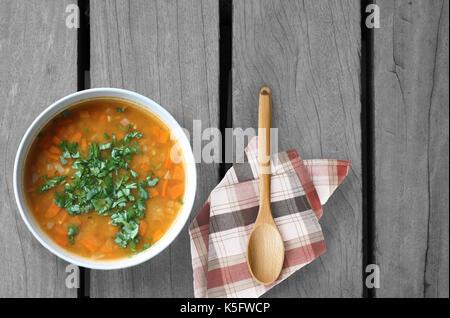 De la soupe pour l'âme on wooden table Banque D'Images