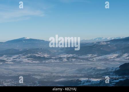 Babia Góra (à gauche) et tatry (à droite) vu de skrzyczne mountain , Silésie, Pologne, beskidy Banque D'Images