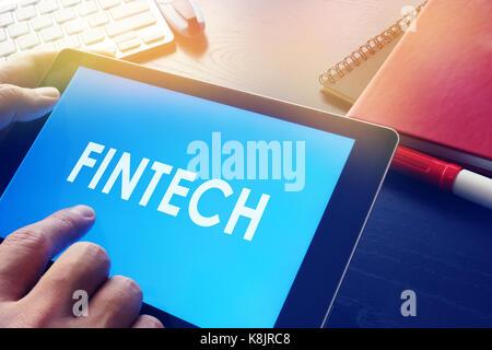 Businessman Reading à propos de la technologie financière fintech. concept. Banque D'Images