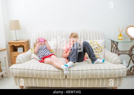 Les enfants l'utilisation de la technologie pour les jeux Banque D'Images