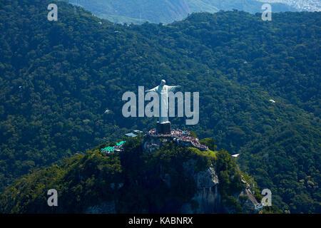 Statue géante du Christ Rédempteur au sommet du Corcovado, Rio de Janeiro, Brésil, Amérique du sud - vue aérienne Banque D'Images