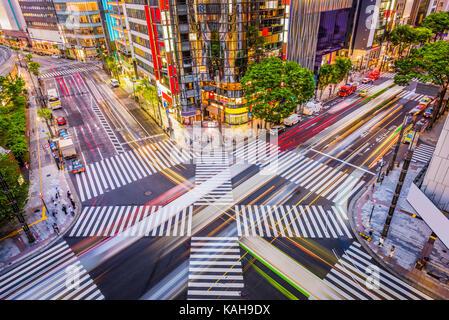 Tokyo, Japon cityscape et crosstown traffic dans le quartier de Ginza. Banque D'Images