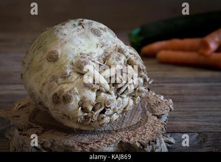 Radis céleri-rave cru sur la base de liège et divers légumes on background Banque D'Images