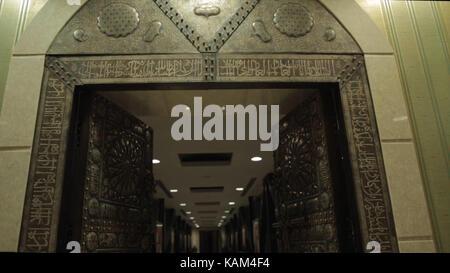 Porte sculptée de l'islam dans la mosquée au centre-ville Banque D'Images