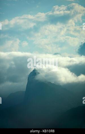 Le Christ rédempteur dans les nuages au sommet de Corcovado, vu de Niteroi city park, Niteroi, Rio de Janeiro, Brésil, Banque D'Images